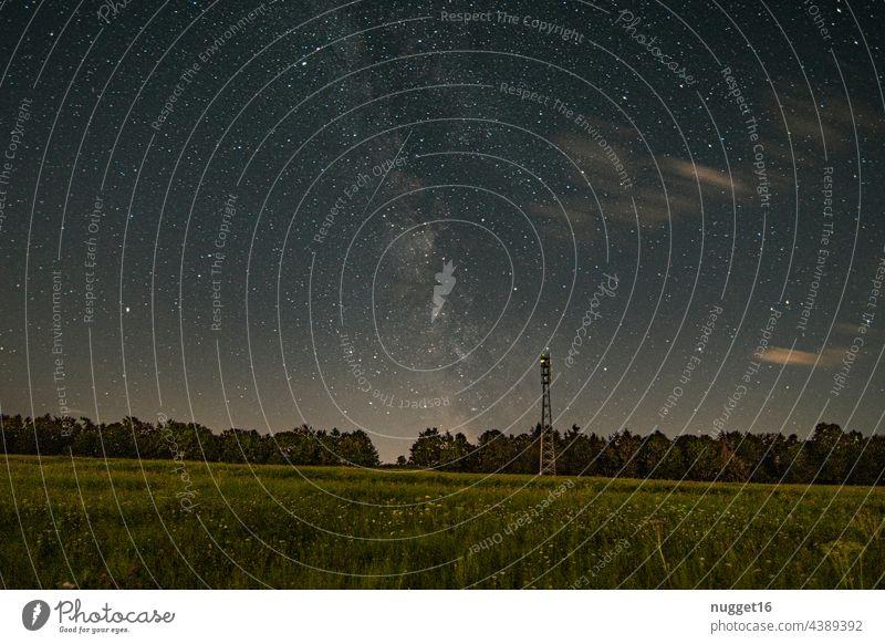 Milchstraße, Venus und Meteor über einem Wald Milchstrasse Sternschnuppe Nacht Himmel Nachthimmel Außenaufnahme Farbfoto Sternbild Astronomie himmelslichter