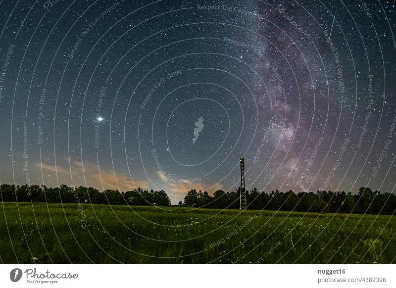Milchstraße, Venus und Meteor über einem Wald Milchstrasse Nacht Stern Außenaufnahme Himmel Nachthimmel Farbfoto Menschenleer Landschaft Langzeitbelichtung