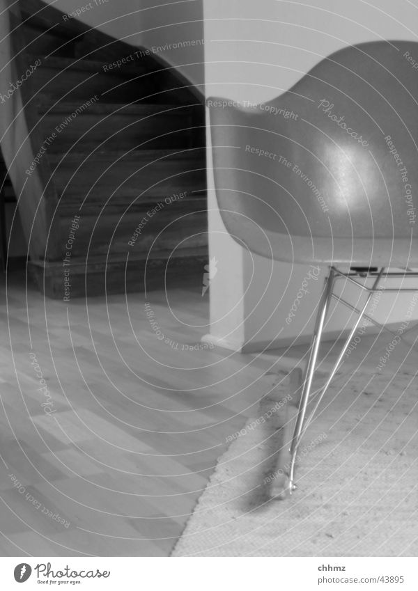Rocking with Eames Schaukelstuhl Teppich Parkett Wand Kufe Design Architektur Stuhl Schwarzweißfoto Glasfaser charles ray eames Metall rocking chair carpet