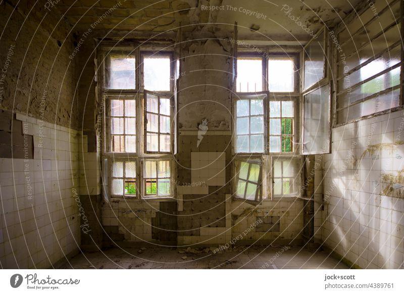 alte desolate Fenster mit warmen Licht Fensterrahmen offen Endzeitstimmung lost places verfallen Wandel & Veränderung Heilstätte dreckig Raum Ruine