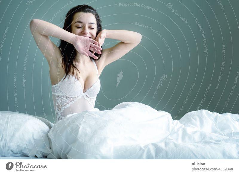 Porträt einer attraktiven, sexy dunkelbraunhaarigen Frau im Bett sitzend, Raum kopieren. jung Kaukasier Glück schön hübsch sich[Akk] entspannen Mädchen
