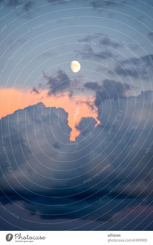 Vollmond bei Sonnenuntergang über einem bewölkten Himmel über dem süditalienischen Meer satt Mond Cloud Nachmittag Stunden geheimnisvoll romantisch Dämmerung