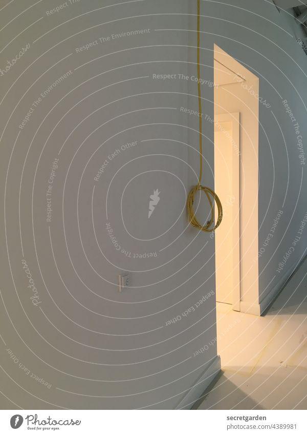 Besser ein Licht am Ende als ein Schalter am Anfang. Oder so. Baustelle Wand Innenraum dunkel hell Türdurchgang Durchgang Menschenleer Kabel Lampe Lichtschalter