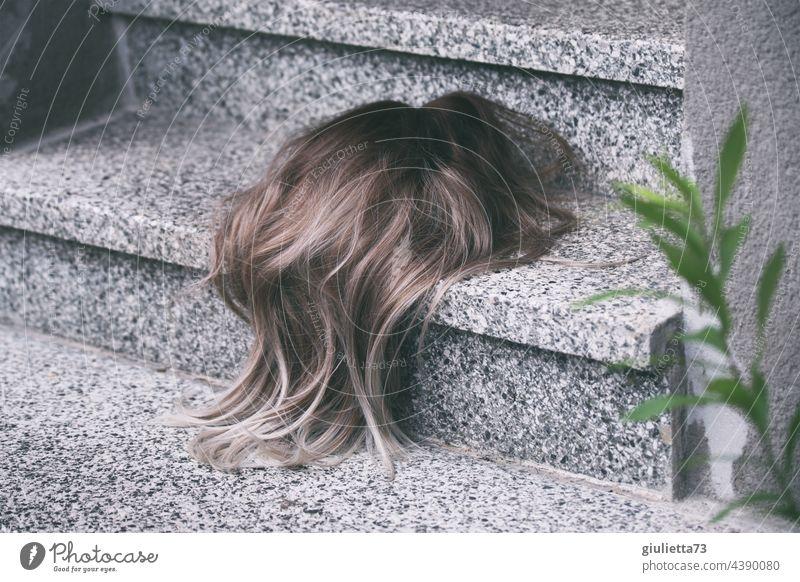 Wie viel Haarausfall ist eigentlich normal...? Hier liegen ganz viele Haare auf der Treppe Haare & Frisuren Perücke verloren gefunden skurril crazy lost seltsam