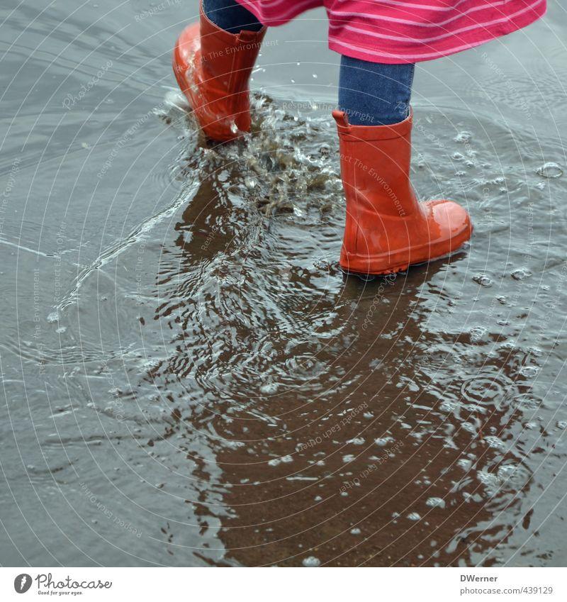 Wasserspiele Mensch Kind rot Mädchen Freude Straße Spielen Glück Beine springen Fuß Regen Kindheit laufen Fröhlichkeit
