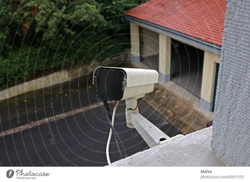 Videokamerasystem an der Wand des Gebäudes Kabel Nocken Fotokamera cctv Schaltkreis Großstadt Kontrolle Verbrechen elektronisch Gerät Augenlicht bewachen