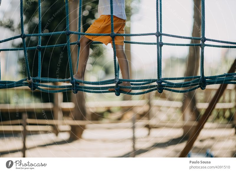 Kind spielt auf dem Spielplatz Kleinkind rot Kindergarten Kinderspielplatz Kindheit Außenaufnahme Farbfoto unkenntlich Leben Kindheitserinnerung