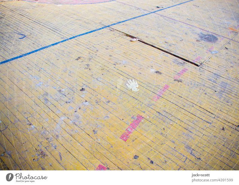 an Boden verlieren mit Handschuh Holzfußboden Markierungslinie dreckig Vergänglichkeit lost places verfallen abstrakt Wandel & Veränderung Strukturen & Formen