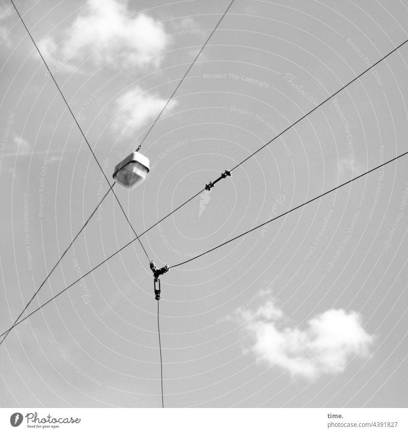 Seilschaften (36) oberleitung verkabelt stromleitung lampe himmel wolken sonnig verbindung Verbindungsstück raumteiler Kommunikation