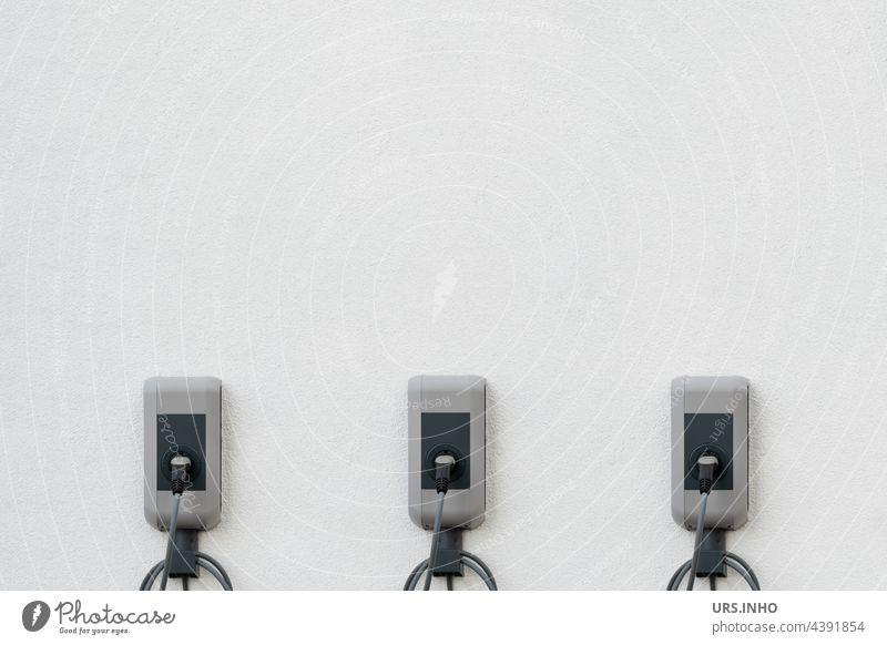 die Ladenstationen an der Hauswand liefern Energie für gleichzeitig drei e-Autos Ladestation Heimladestation Elektromobilität minimalistisch Minimalismus Umwelt