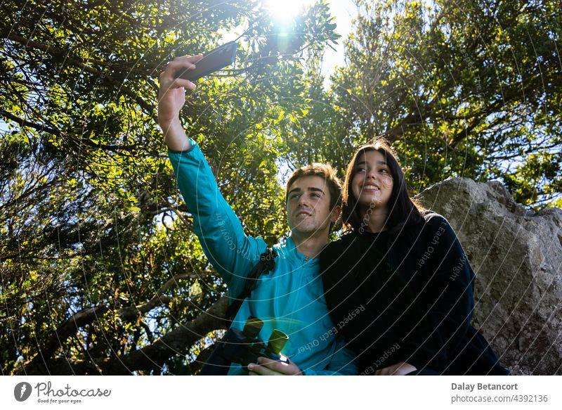 ein junger Mann und eine Frau verbringen einen schönen Tag in den Bergen und im Wald und genießen die schöne Naturlandschaft Errungenschaft Aktivität Abenteuer