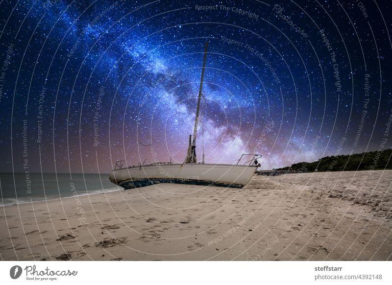 Milchstraße am Nachthimmel über einem Schiffswrack vor der Küste von Clam Pass Milchstrasse Stern Sternenhimmel Schiffbruch Muschelpass Neapel Florida Meer Boot