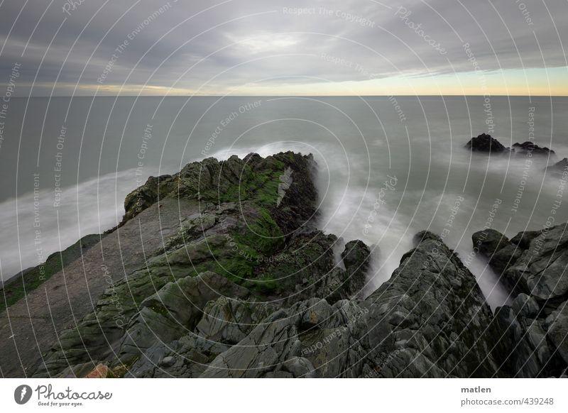 am Ende der Welt Landschaft Urelemente Wasser Himmel Wolken Horizont Herbst Wetter schlechtes Wetter Felsen Wellen Küste Riff Meer grau grün weiß Farbfoto