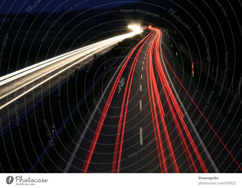 Geschwindigkeit rot weiß schwarz Autobahn Nacht dunkel Langzeitbelichtung Licht Eisenbahn PKW Fahrzeuge
