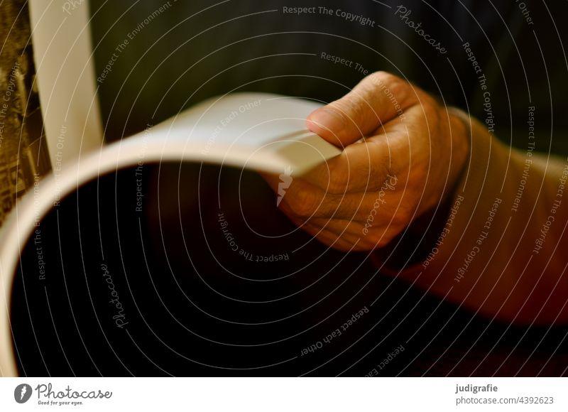 Stöbern Hand Buch Seiten Buchseiten stöbern Mann Finger blättern lesen anschauen Literatur Bildung Papier Studium Lesestoff Wissen Printmedien Bildband