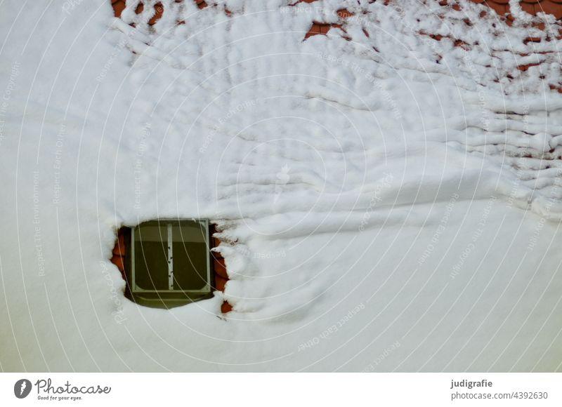 Schnee auf dem Dach Winter Dachfenster Dachluke dachschindeln Dachziegel tauen Fenster Haus Gebäude kalt wohnen rutschen Dachlawine