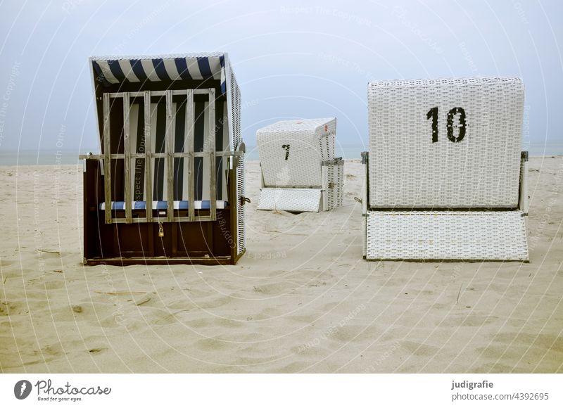 Drei leere Strandkörbe an der Ostsee Strandkorb Küste Sand Ferien & Urlaub & Reisen Erholung Tourismus Sieben zehn zahlen Meer Himmel ruhig Sommerurlaub