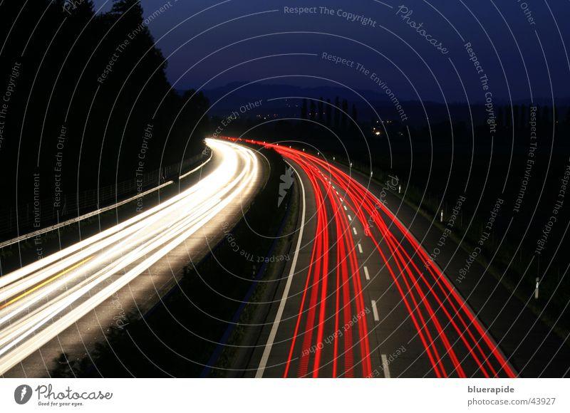 Nachtverkehr rot weiß schwarz Verkehr Autobahn Lichterkette dunkel Geschwindigkeit Langzeitbelichtung blau Fahrzeuge Linie Straße Himmel