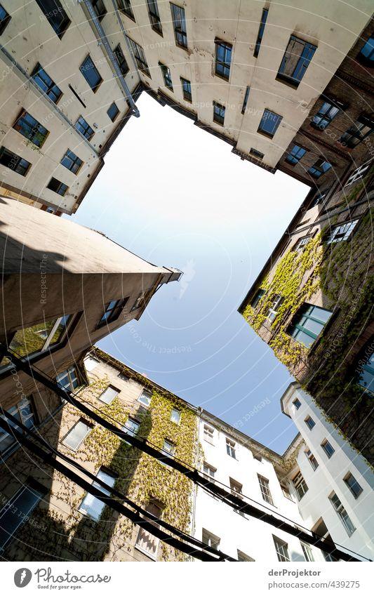 Das Fenster zum Hof 16 Stadt Hauptstadt Stadtzentrum Menschenleer Haus Industrieanlage Fabrik Bauwerk Gebäude Architektur Mauer Wand Dach Schornstein