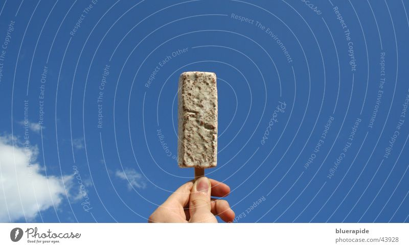 Mein Straciatella-Eis trotzt der Sonne Himmel Hand blau weiß Wolken Ernährung Eis Finger Speiseeis Mitte Schokolade Fingernagel Schnellzug
