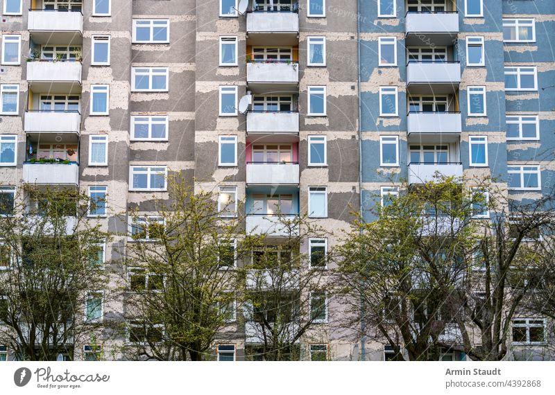 Fassade eines Wohnblocks mit Balkonen, der renoviert wird Architektur alt Haus lebend abgerissen wohnbedingt Renoviert Wolkenkratzer plattenbau ungepflegt karg