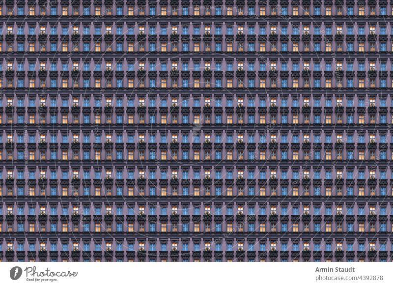 architekturmuster, altberliner gebäude am abend mit beleuchteten fenstern Muster übergangslos Architektur Fassade Wiederholung groß riesig viele anonym