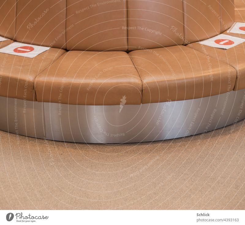Nebeneinander sitzen für Paare erlaubt Covid Sitzvorschrift Sitze Sitzordnung Verbot paarig Gebot Leder Edelstahl Fußboden Vorschrift Verkehrszeichen braun