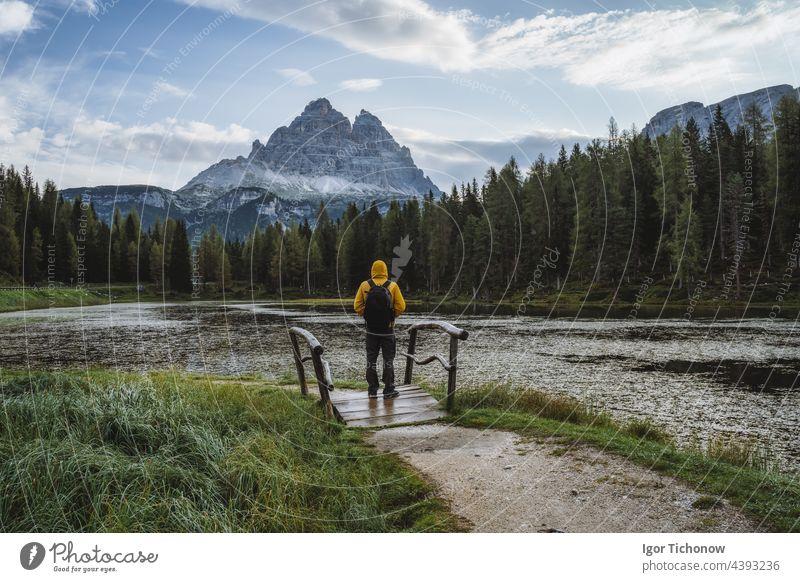 Mann Wanderer mit Rucksack genießt Lago Antorno See, Drei Zinnen Berg im Hintergrund, Dolomiten, Italien antorno alpin Berge u. Gebirge Misurina Italienisch