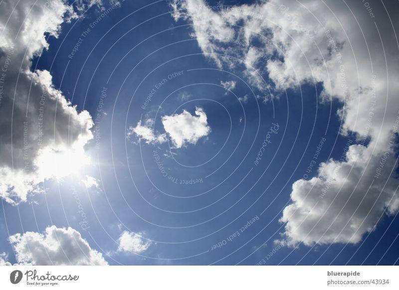 Der Regen machte kurz Pause Wolken grell Sonne Himmel blau bedecken hell Beleuchtung