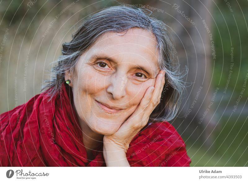 Parktour HH 2021 ------ Verschmitztes Lächeln - sympathische Frau blickt lächelnd in die Kamera Porträt feminin Gesicht Erwachsene Blick schön Mensch Farbfoto