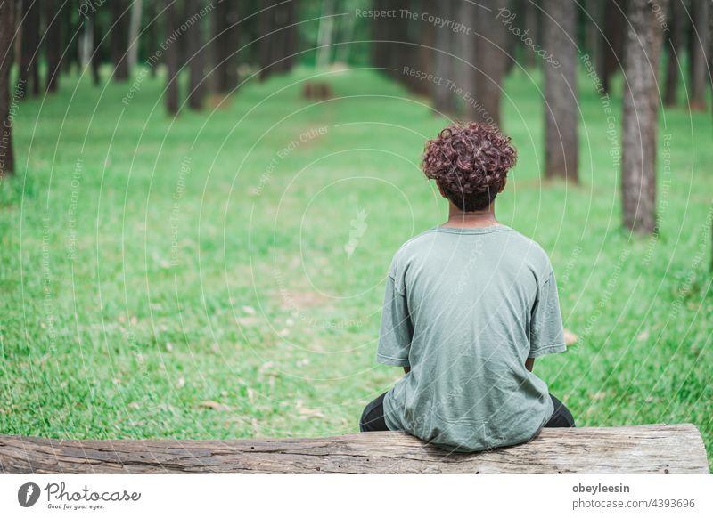 kleiner Junge, der allein bleibt und so traurig ist, weil er eingesperrt wurde Kind niedlich schön jung Kaukasier Kindheit Familie Lifestyle Kleinkind Sitzen