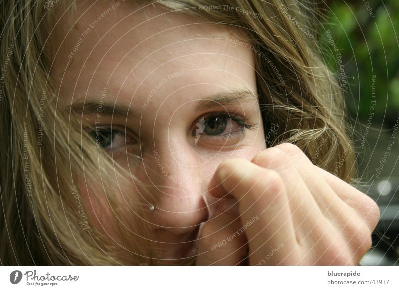 Geheimnisvoller Blick Frau Stirn Porträt Hand verdeckt zudecken geheimnisvoll Ausstrahlung charmant Pupille Sehnsucht Finger Piercing Nasenpiercing Augenbraue