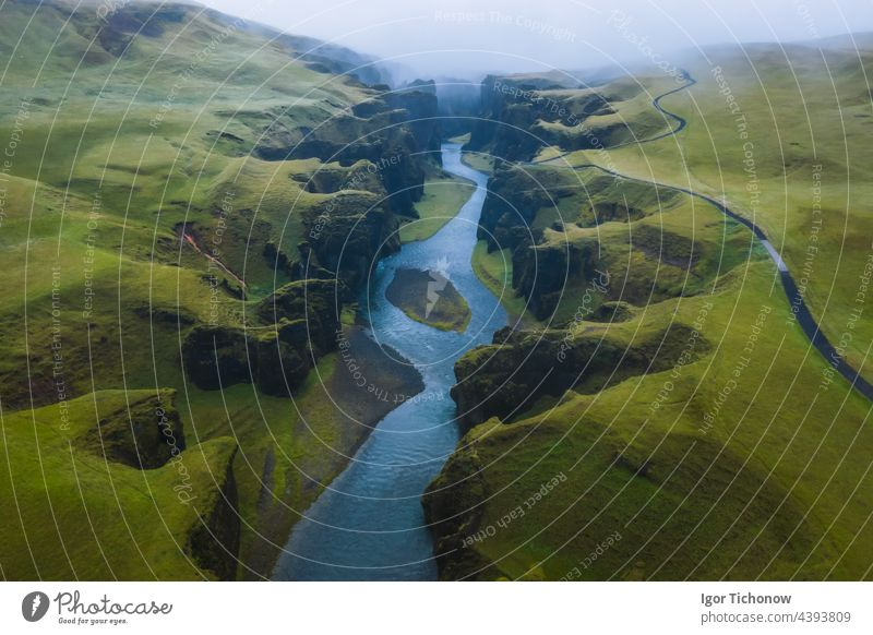 Luftaufnahme des Fjadrargljufur Volcanic Canyon Island bei stimmungsvollem, bedecktem Wetter Antenne Schlucht fjadrargljufur Dröhnen vulkanisch Landschaft Fluss