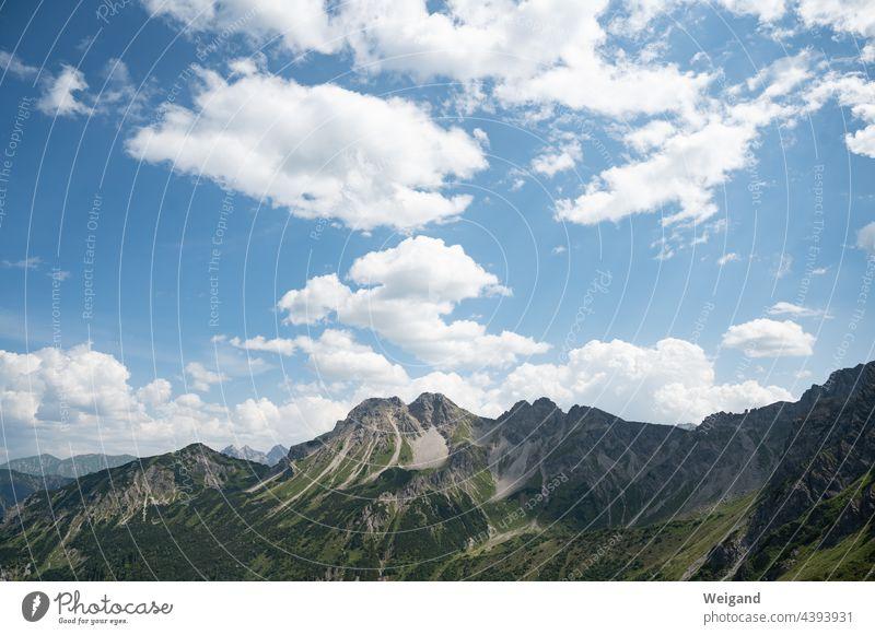 Ein Berg in den Alpen Allgäu Berge u. Gebirge Bayern wandern Trekking Feiertage Klettern Felsen Himmel alt groß Respekt