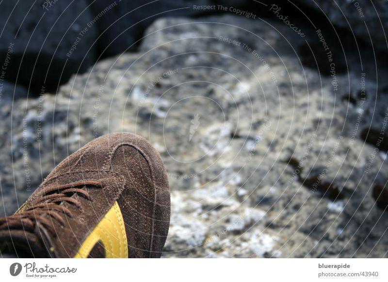 Schuhwerk gelb Stein braun Schuhe Felsen Turnschuh