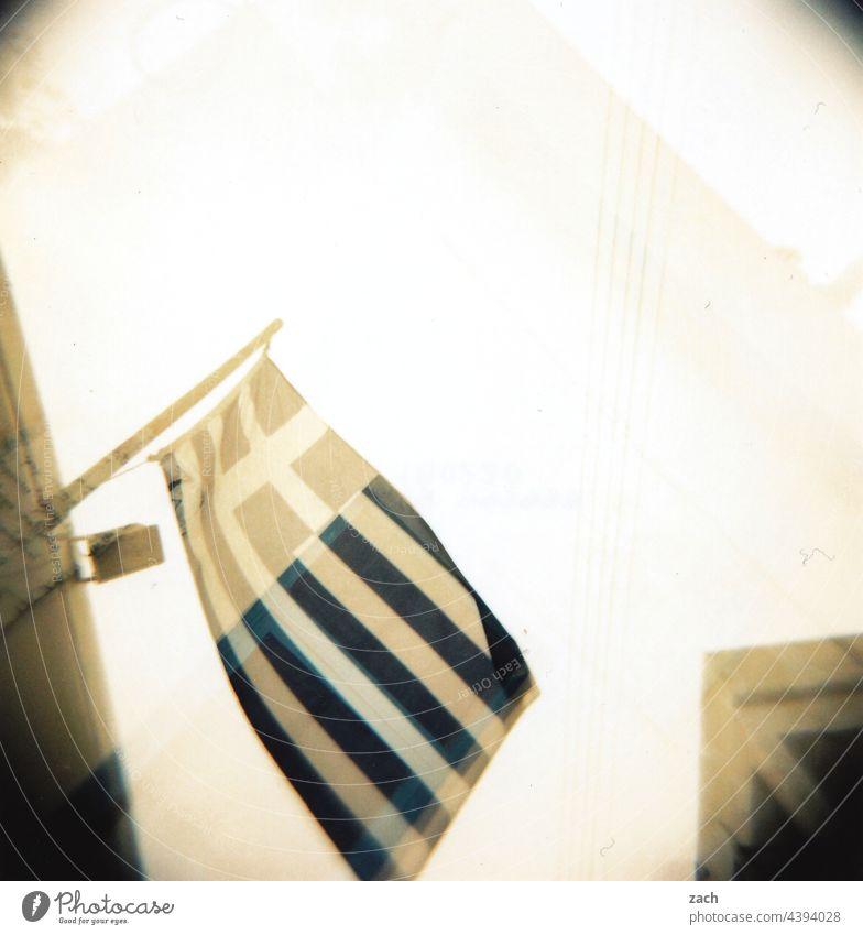 Flagge zeigen analog Dia Holga Lomografie Scan Cross Processing cross Experiment Haus Griechenland griechisch Fahne weiß blau