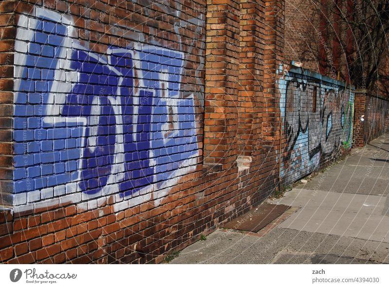 Love alt Vergänglichkeit Zerstörung Liebe Wand kaputt Graffiti Außenaufnahme Romantik Zeichen Gebäude Deutschland Berlin Hauptstadt Menschenleer Ruine Verfall