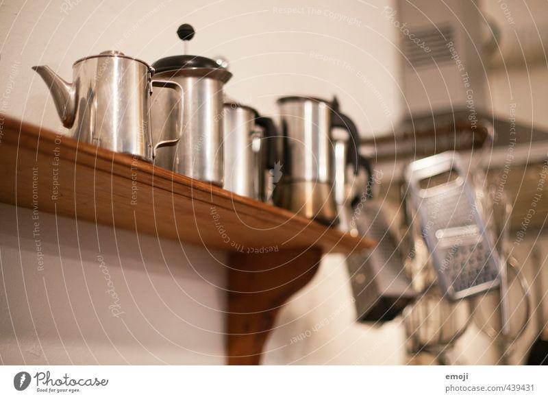 silber Küche Manuelles Küchengerät Kaffeekanne Regal Edelstahl Metallwaren alt ästhetisch Farbfoto Gedeckte Farben Innenaufnahme Menschenleer Kunstlicht
