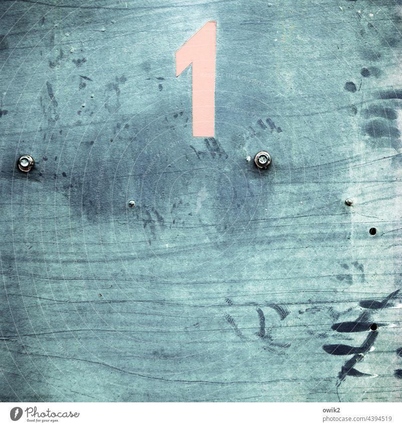 Einsam Außenaufnahme Strukturen & Formen Ziffern & Zahlen Zeichen einfach Verfall Rostflecke Nummer eins Zahn der Zeit Schaden Spuren Abnutzung Zerstörung