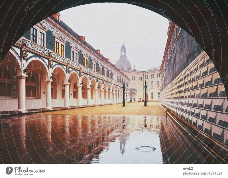 Dresden im Regen Bauwerk Architektur Sehenswürdigkeit Berühmte Bauten Gebäude Stadtzentrum Deutschland Innenhof Frauenkirche Besichtigung Farbfoto