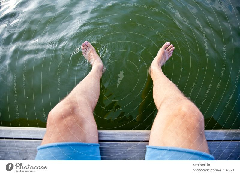 Füße im Mellensee ausflug boot erholung ferien floß fluß kanal landschaft mellensee natur schiff schifffahrt sommer sport teich ufer urlaub wasser
