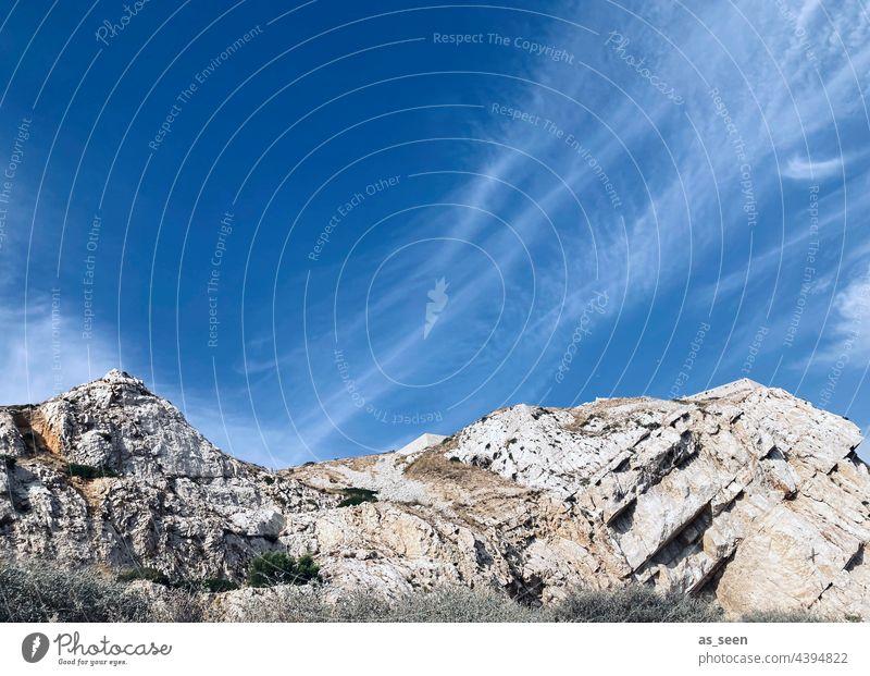 Felsen und Himmel Klippen blau grau weiß Wolken Textfreiraum oben steinig trocken Steine Gesteinsschichten Natur Landschaft Tag Menschenleer Farbfoto Küste