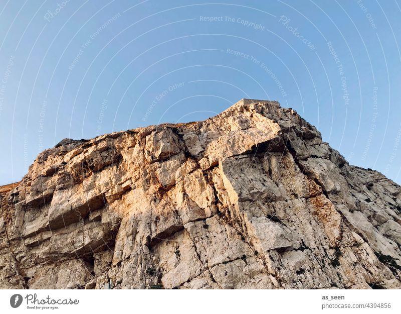 Klippe Himmel Blau Küste Felsen Natur Außenaufnahme Ferien & Urlaub & Reisen blau Farbfoto Tourismus schön Ausflug Stein Textfreiraum oben Gesteinsformationen