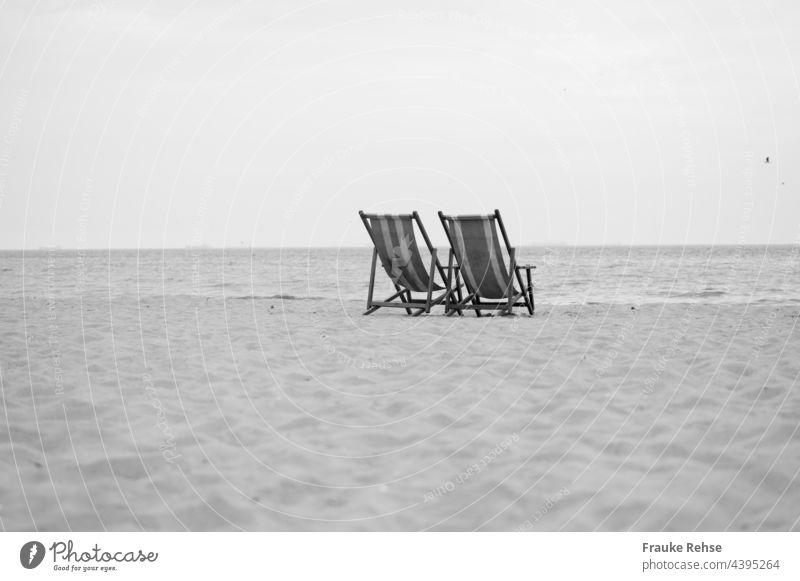 Ein Platz für zwei - zwei leere Liegestühle am Strand mit Blick auf das Meer Liegestuhl Meerblick Ferien & Urlaub & Reisen Sommer Erholung Tourismus