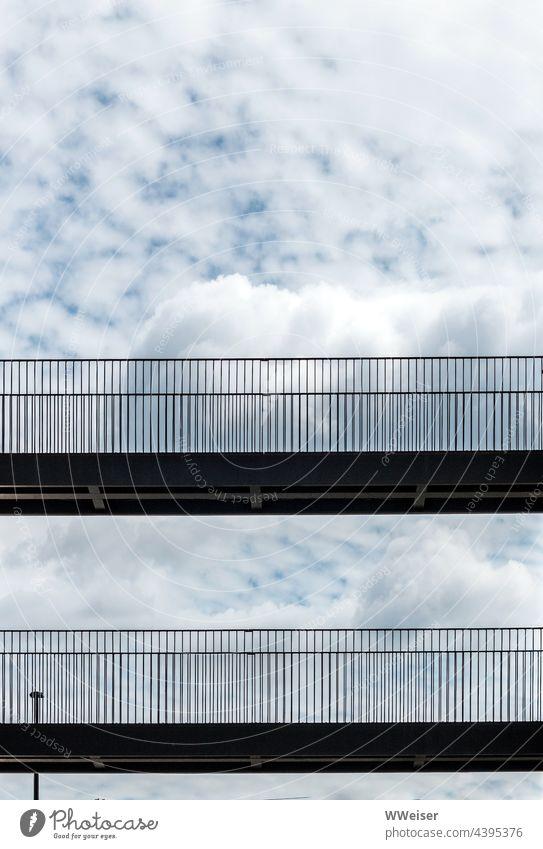 Übergänge hoch in den Wolken führen von einem unsichtbaren Haus zum anderen Brücke Übergang Verbindung rübergehen Passage Geländer Himmel oben wechseln