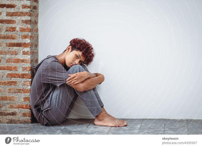 Junge bleibt zu Hause und langweilt sich, weil die Schule wegen der Kuhpandemie geschlossen ist. traurig und allein im Haus jung Menschen Person Porträt