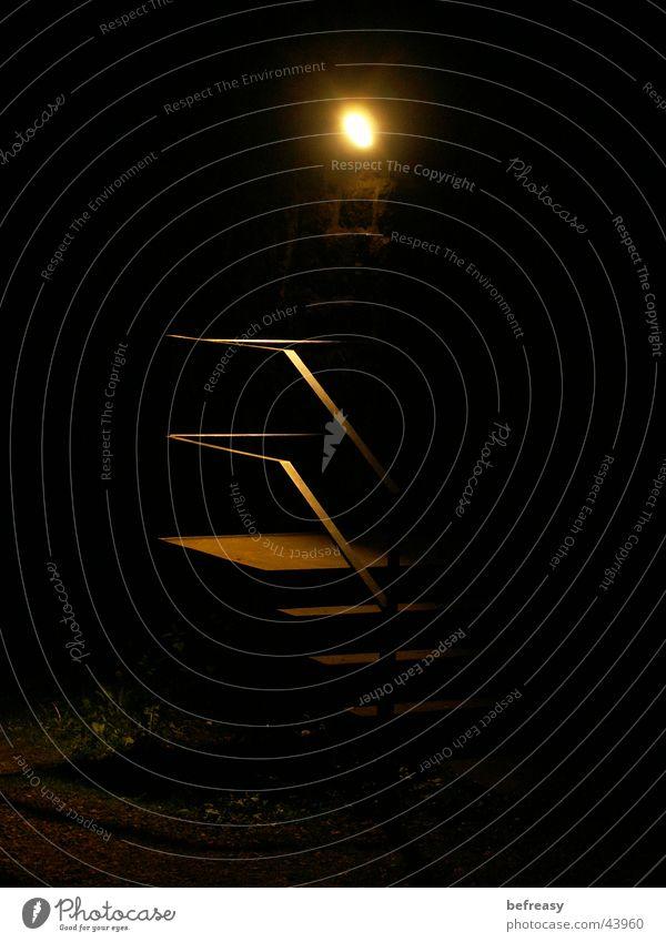 Hintertürchen Nacht schwarz Licht dunkel Langzeitbelichtung Treppe Geländer orange
