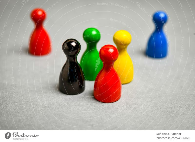 bunte Spielfiguren aus Gesellschaftsspiel BTW21 Parteien Wahl Wahlsonntag schwarz rot gelb grün Parteilandschaft Koalition Bundestag Politik Sympolisch CDU SPD