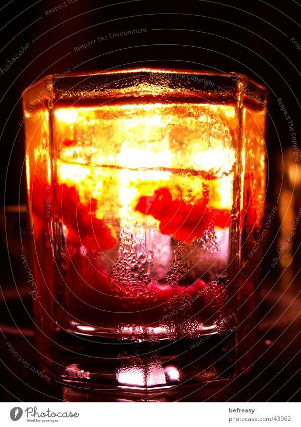 blutiger-Wodka Eis Glas Kerze Klarheit Alkohol kurz Erdbeerlime