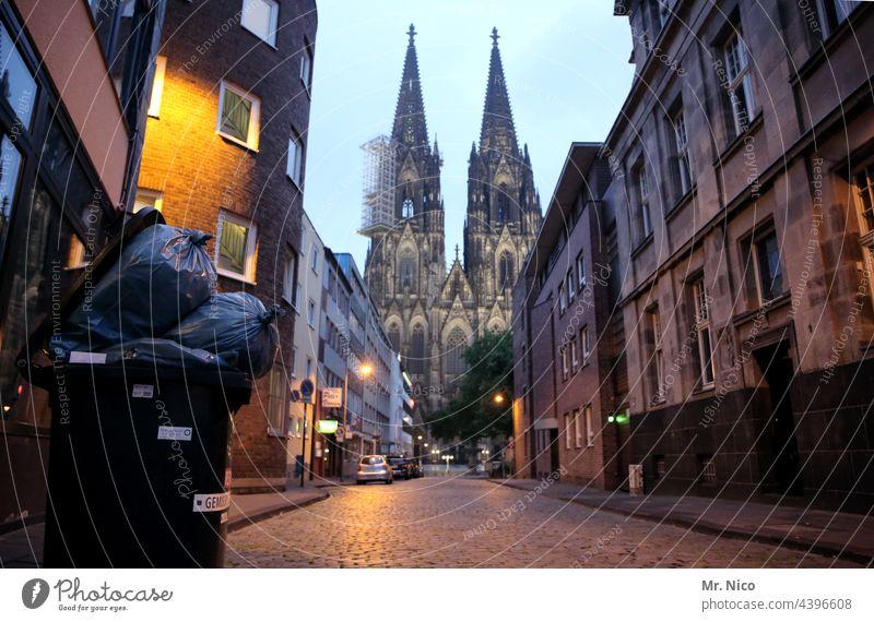 warten auf die Müllabfuhr Köln Gasse Stadtviertel Architektur Wege & Pfade Städtereise Gebäude Straße dreckig Sehenswürdigkeit Domspitzen Kölner Dom Wahrzeichen